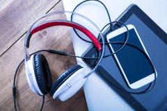 Cyfrowych hełmofony na drewnianym Desktop i przyrząda fotografia stock