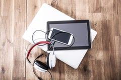 Cyfrowych hełmofony na drewnianym Desktop i przyrząda Zdjęcia Royalty Free