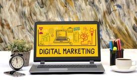Cyfrowych Marketingowe Rysunkowe ikony na Biurowym laptopie z kawą Obrazy Stock