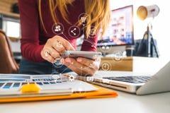 Cyfrowych marketingowi środki w wirtualnej ikonie przy biurem wewnątrz zdjęcia royalty free