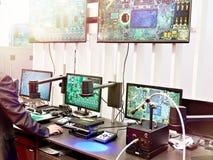 Cyfrowych mikroskopy z monitor kontrolą jakości obrazy royalty free