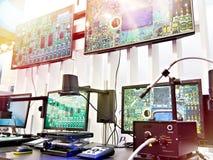 Cyfrowych mikroskopy z monitor kontrolą jakości obraz royalty free