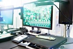 Cyfrowych mikroskopy z monitor kontrolą jakości obrazy stock