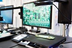Cyfrowych mikroskopy z monitorami od kontroli jakości obrazy stock