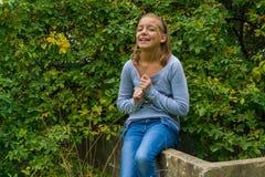 Cygańska dziewczyna ma zabawę w ogródzie Zdjęcie Stock