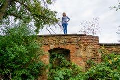 Cygańska dziewczyna ma zabawę w upaćkanym antycznym ogródzie Obrazy Stock