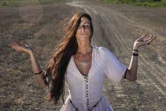 Cygańska kobieta na brudnej drodze 3 obraz stock