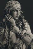 Cygan stylowa młoda kobieta jest ubranym plemiennego jewellery portret obrazy stock