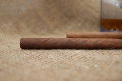 cygar kubański szkła dwa wiskey zdjęcia royalty free