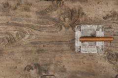 Cygaro w ashtray na drewnianej powierzchni z miejscem dla twój teksta, zdjęcie stock