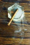 Cygarowy ashtray i dym Obrazy Royalty Free
