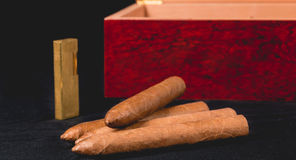 Cygarowy pudełko na czarnej zapalniczce i tle Obrazy Stock