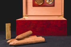 Cygarowy pudełko na czarnej zapalniczce i tle Fotografia Stock