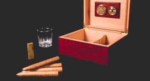 Cygarowy pudełko na czarnej zapalniczce i tle Zdjęcie Royalty Free