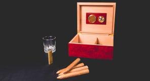 Cygarowy pudełko na czarnej zapalniczce i tle Obraz Stock