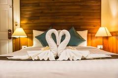 Cygne blanc de serviette dans la chambre à coucher avec le foyer sélectif Image stock