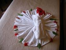 Cygne de serviette dans la chambre d'hôtel, vue supérieure photo stock