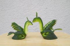 Cygnes d'amour fabriqués à partir de le concombre photographie stock libre de droits