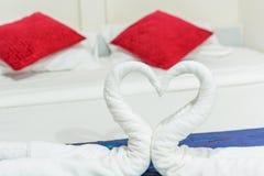 Cygnes de serviette formés Photographie stock