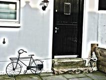 Cykel bredvid gammalt hus Royaltyfri Bild