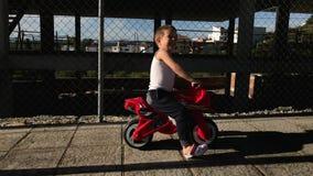 Cykel för motor för pysridningleksak arkivfilmer