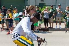 Cykel för ridning för Green Baypackarespelare med den unga fanen Arkivbild