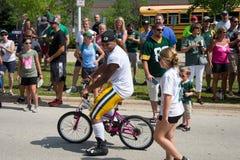 Cykel för ridning för Green Baypackarespelare med den unga fanen Arkivfoto