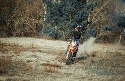 Cykel för smuts för motocrossryttareritt på sand Arkivbild