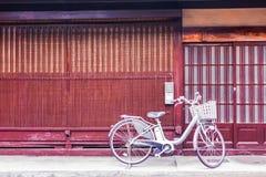 Cykel framme av dörren arkivbild