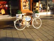 Cykel framme av en mini- restaurang Royaltyfria Bilder