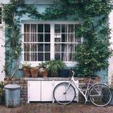 Cykel framme av ett f?rgrikt hus i Notting Hill royaltyfri fotografi