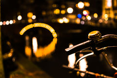 Cykel i Amsterdam vid natt Royaltyfri Fotografi