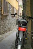 Cykel i bakgata arkivbilder