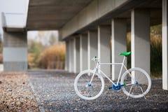 Cykel i en stads- plats Royaltyfri Fotografi