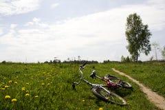 Cykel i fältet arkivbilder