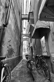 Cykel i liten gränd Fotografering för Bildbyråer
