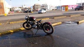 Cykel i parkeringsplats royaltyfria bilder