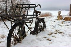 Cykel i snowen fotografering för bildbyråer