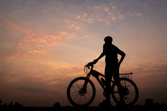 Cykel i solnedgång Royaltyfri Foto