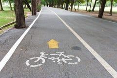 Cykel långt i park arkivbild