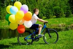 Cykel med ballonger Arkivbild