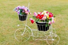 Cykel med blommor Royaltyfria Foton