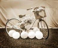 Cykel med blommor, begreppssepia Arkivbilder