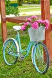 Cykel med blommor i en korg arkivfoto