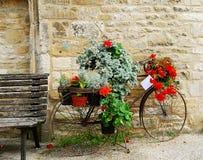 Cykel med blommor som visas i Cotswolds Royaltyfri Bild