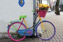 Cykel med blommor utomhus royaltyfri foto
