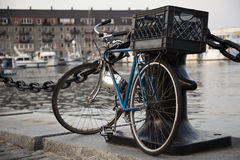 Cykel med den Boston hamnbakgrunden Arkivbild