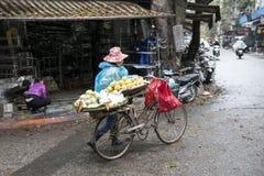 Cykel med den vietnamesiska damen hanoi vietnam Royaltyfri Bild