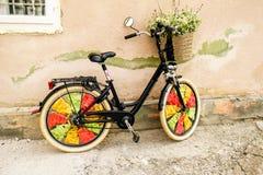 Cykel med en korg med blommor Arkivbilder