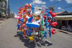 cykel med färgrika ballonger på gatan Royaltyfria Bilder